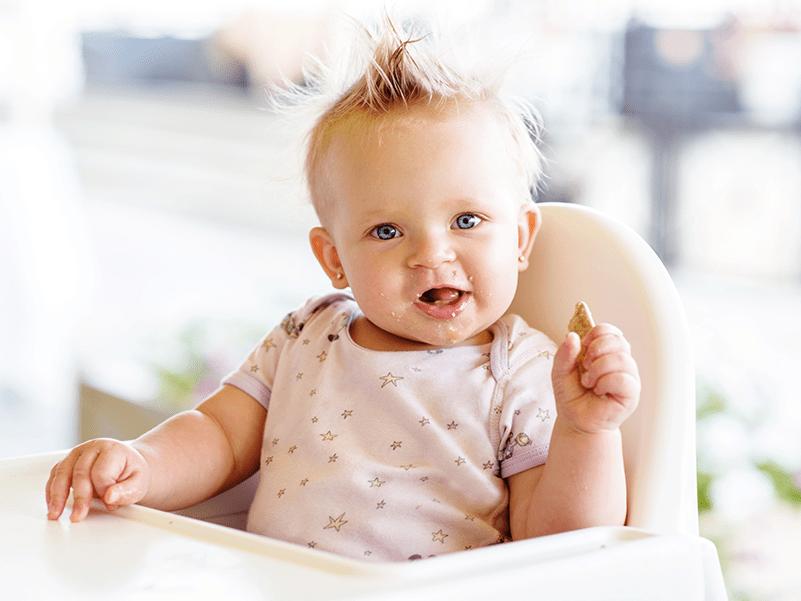 Bébé qui mange un biscuit